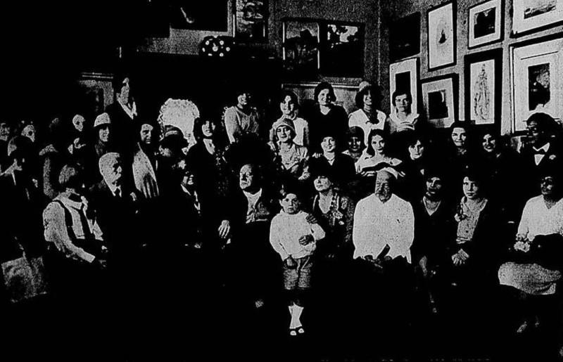 Henrique Bernardelli, de branco, na frente, com os convidados de seu 72º aniversário, em 1929 (Foto Jornal Beira-Mar)