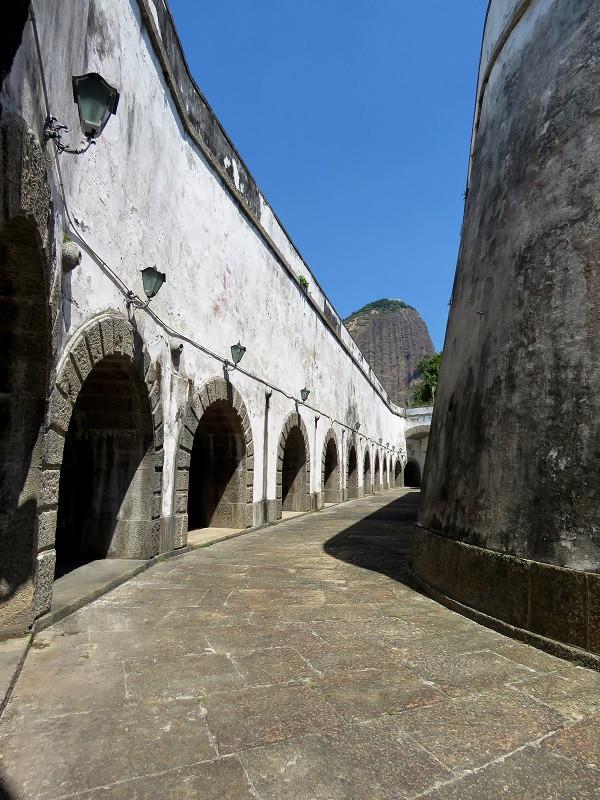 Forte São José, na Fortaleza de São João, com o Pão-de-Açúcar ao fundo