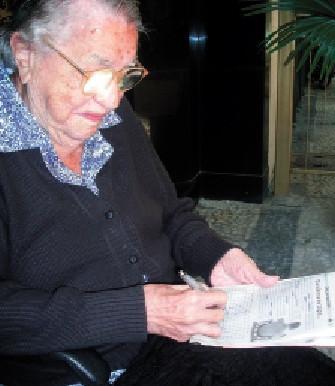 Moradora de Copacabana completa 100 anos comendo fast food e jogando caça-palavras