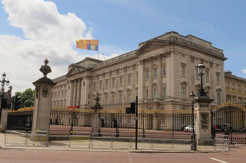 Palácio de Buckingham, com o pavilhão real expondo a presença da Rainha no momento da foto