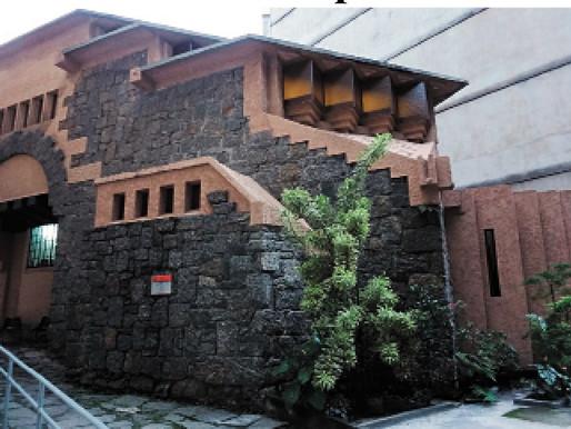 Biblioteca gratuita funciona em casa histórica de Copacabana