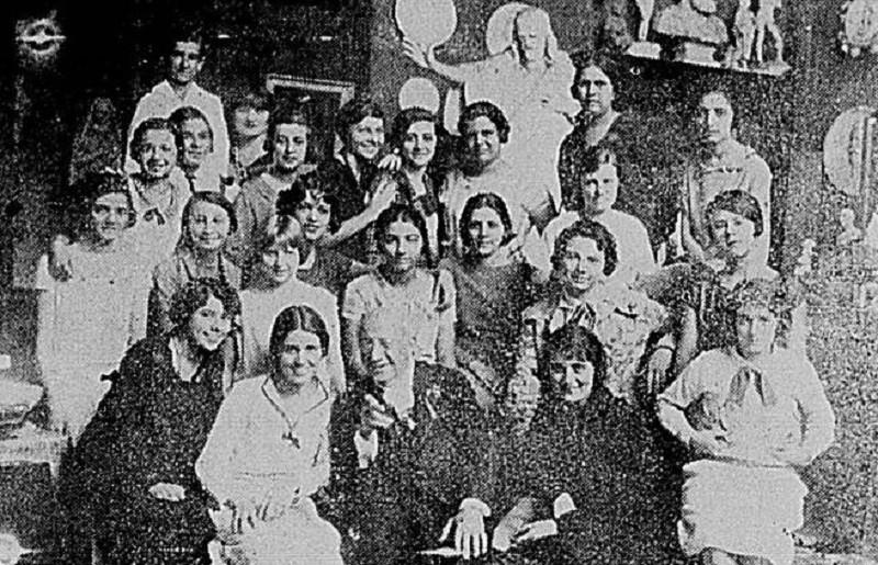 Raras imagens do interior do imóvel existem, como essa de Henrique Bernardelli (na frente) com um grupo de alunas, em 1925 (Foto Jornal Beira-Mar)
