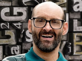 Emílio Figueira, escritor com paralisia cerebral, lança livro ''Ventos nas Velas''
