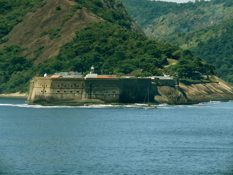 Fortaleza de Santa Cruz, em Niterói, vista da Fortaleza de São João, no Rio