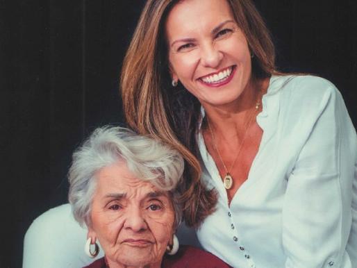 Filha registra em livro vivências ao lado da mãe com Alzheimer