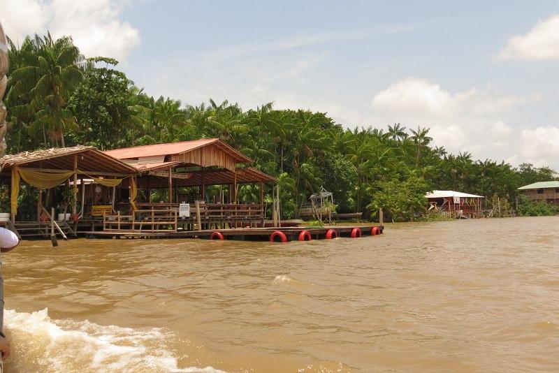 Restaurante na margem da Ilha do Combu, em Belém, no Pará