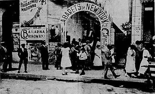 Saída do Cinema Atlântico, em Copacabana, em 1923
