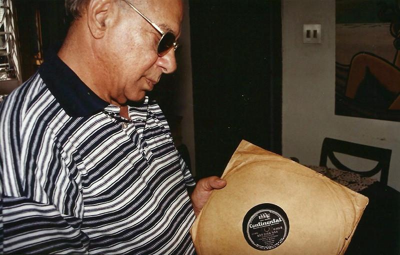 """Tito Madi segurando o disco """"Não Diga Não"""""""