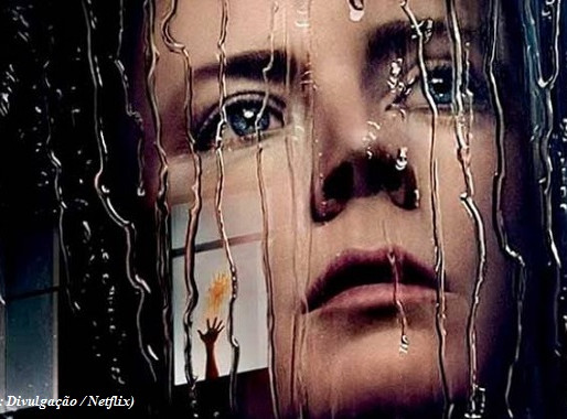 """Conheça a """"agorafobia"""", doença que ganhou evidência por causa do suspense """"A Mulher na Janela"""""""