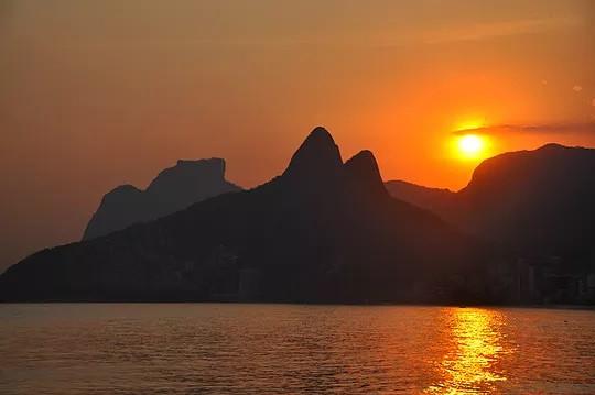 Pôr-do-sol visto do Leblon, com Morro Dois Irmãos e Pedra da Gávea na paisagem