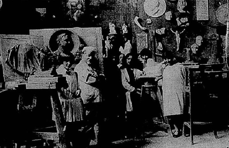 Henrique Bernardelli com alunas no interior do ateliê, em 1927 (Foto: Jornal Beira-Mar)