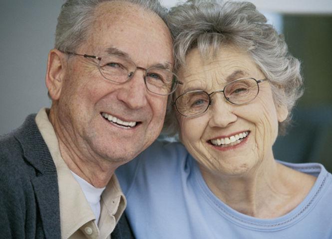 couple séniors souriant