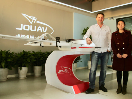 Diretora de Marketing da JOUAV e Diretor de Desenvolvimento da Hawk Geo ao lado do CW-30 em Chengdu.