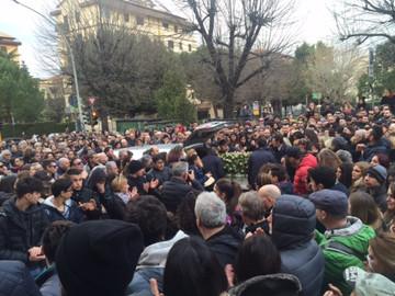 Un bagno di folla per l'addio ad Aurora