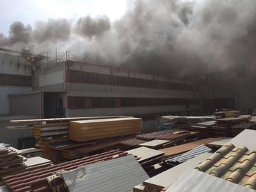 """Incendio Italpannelli, circolare del prefetto: """"Non aprite le finestre"""""""