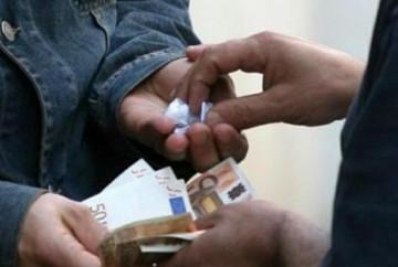 Spacciavano nei parcheggi dei centri commerciali, arrestati 4 nordafricani