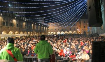 Capodanno in Piazza, il sindaco vieta la somministrazione di bevande in vetro e lattine