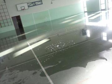 Vandali in azione a scuola: dopo la palestra allagata alla Ceci, infranti i vetri alla Cantalamessa