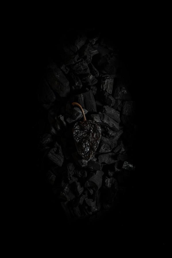 Piment sec sur lit de charbon