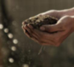 Hände halten Schmutz