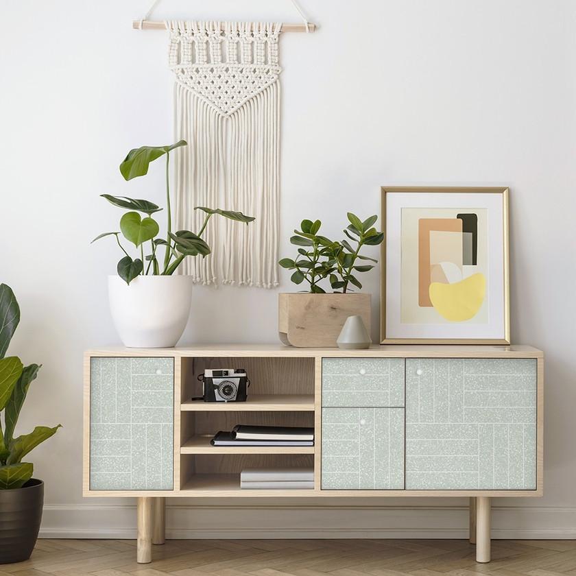 Mueble personalizado con vinilo de motivo geométrico verde muy claro