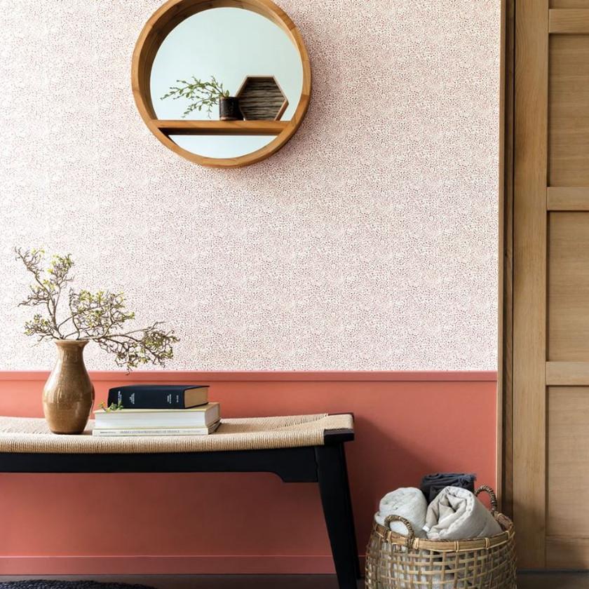 Recibidor con friso color terracota y papel pintado rosa palo con motivo vegetal pequeño
