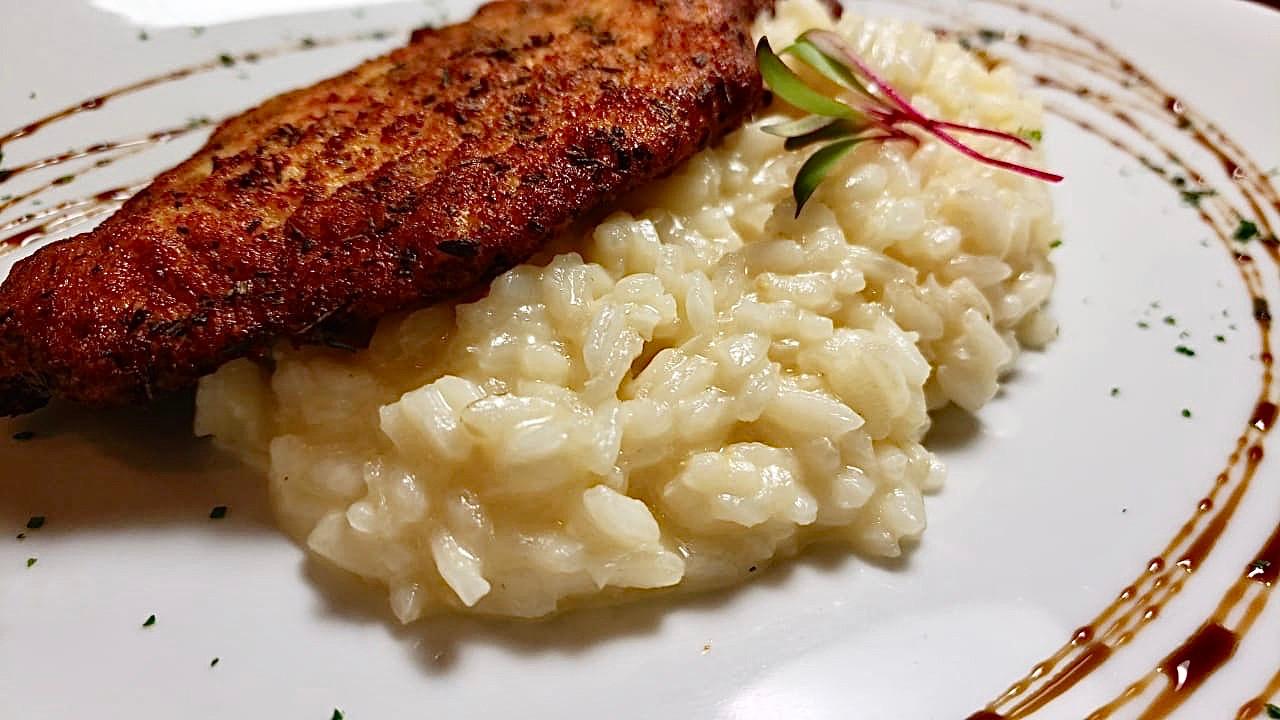 Risoto de parmesão com filé de frango em crosta de ervas