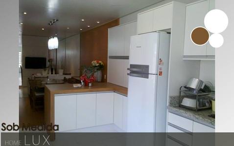 Madeira clara com branco, veja este modelo de cozinha espaçosa