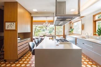 Modelo de cozinha tons de madeira e cinza