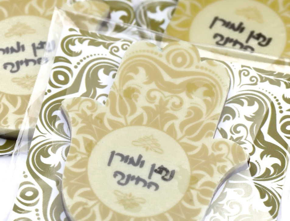 قطع شوكولاتة تشمل على اسمي العريس والعروس