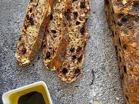 לחם ללא לישה אוכמניות ואגוזים