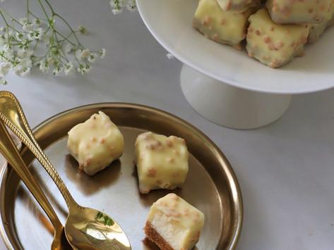ריבועי עוגת גבינה בציפוי שוקולד לבן