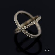Geelgouden dames ring X  pavé gezet met briljant geslepen diamanten.