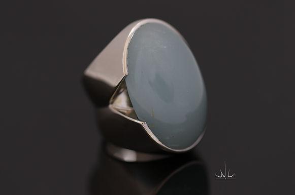 Handgemaakte witgouden dames ring met cabochon geslepen ovale blauwe aquamarijn