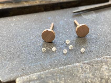 Rose gouden oorstekers met diamant