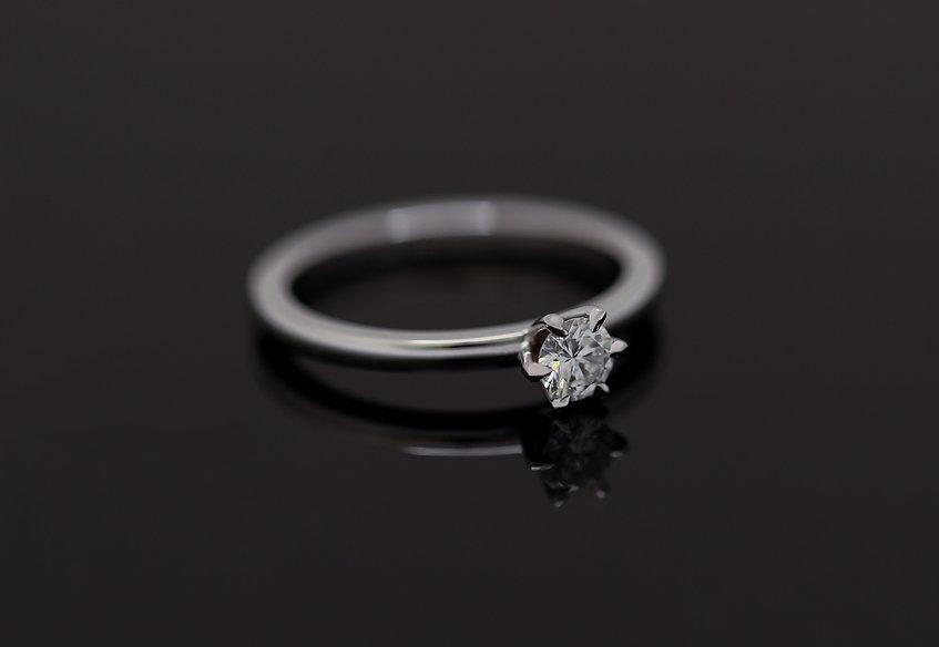 18kt witgouden verlovingsring gezet met een 0.25ct vs1 kleur E briljant gelepen diamant.