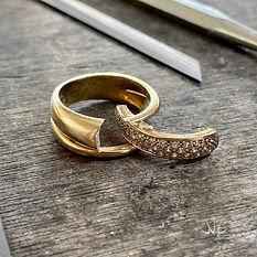 Oude geelgouden ring met diamanten. De zetting met diamanten is log gezaagt om het goud te kunnen gaan omsmelten.