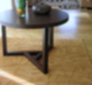 Tisch aus Wengé, Teppich aus Neuseelandwolle mit Monogramm