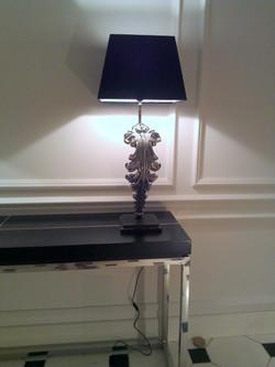 Möbel und Lampe von Eichholtz