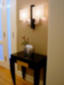 Tisch aus lackiertem Holz mit Granitplatte und Schublade, Wandlampe aus schwarzem Glas mit Nickel
