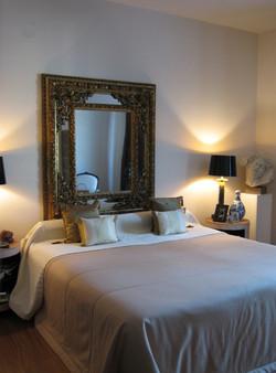 Masterbedroom mit antikem Spiegel