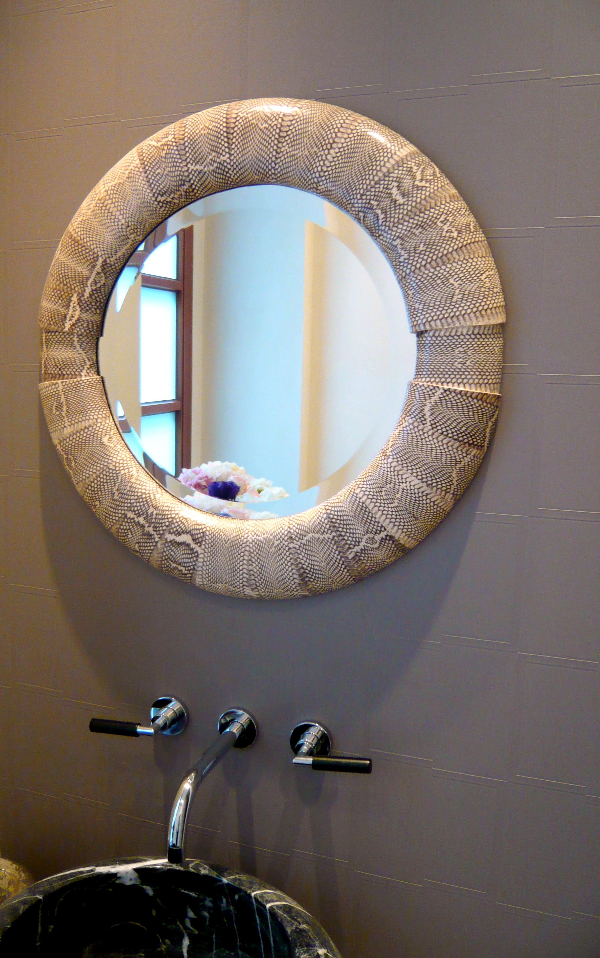 Spiegel mit Schlangenleder bezogen