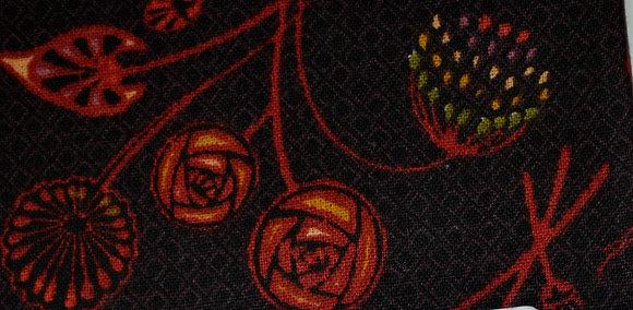 P květy červené na černé