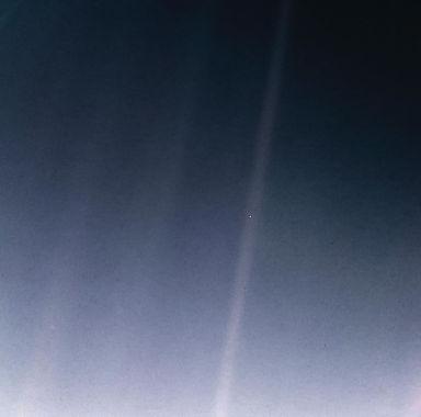 1212px-PIA23645-Earth-PaleBlueDot-6Bkm-V