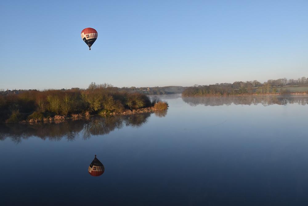 Survol de Dinan durant un baptême de l'air en montgolfière proposé par Altitude 22