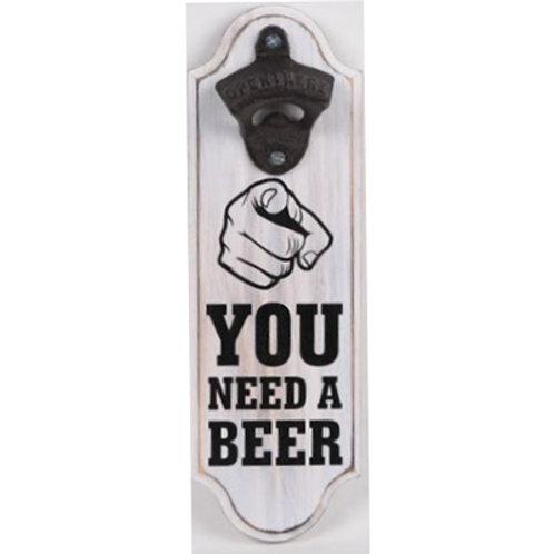 """YOU NEED A BEER"" פותחן בקבוקי בירה תלוי על קיר"