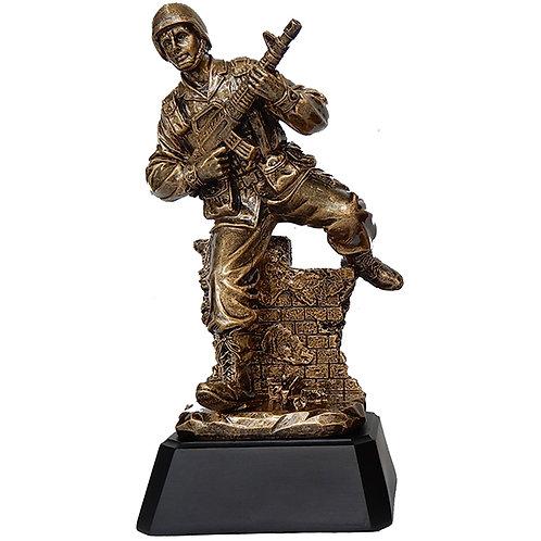 """מגן הוקרה / פסל חייל לוחם """"מסתער"""" על בסיס שחור"""