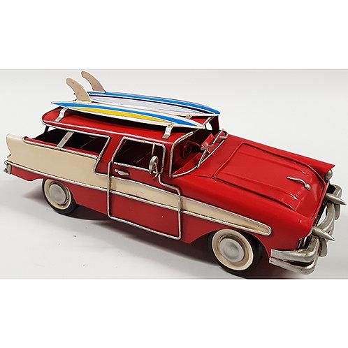 מכונית סטיישן רטרו אדומה שני גלשנים