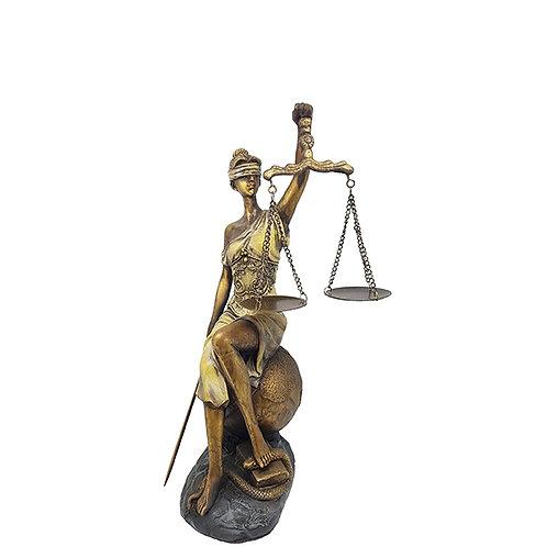 פסל אלת הצדק נשענת על כדור