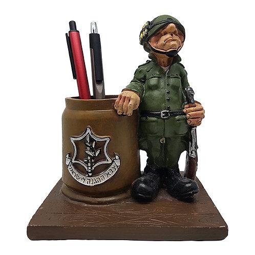 """מעמד """"חייל"""" עם כוס לעטים"""